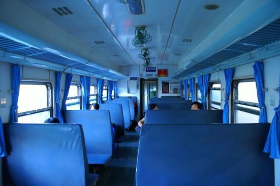 火车软座车厢图片; t火车硬座图片;
