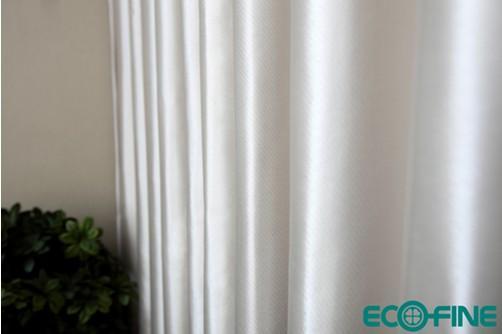 冬日里温暖房间的窗帘
