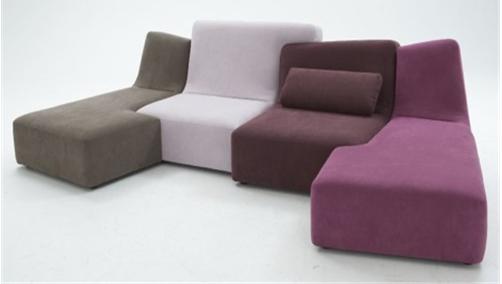 沙发的姿态各有千秋,比起那些中规中矩的款式,你是否有见过一种,像情侣一样偎依在一起的沙发呢?这样的沙发更形象,更时尚,充满了浓浓爱意。 绿色和黄色是相近色,相容又相互衬托。这样的一组沙发也是这样,相互偎依相互融合。就像两个相互依靠的恋人,你中有我,我中有你,只有组合在一起才能释放无限的能量和美丽,不管缺少了谁都不完整。柔美的色彩让人联想到甜蜜快乐的相处时光,不知道将这样一组情侣沙发放在居室里,能不能唤醒你们的幸福回忆。  恋人之间也会有激烈的争吵,也会有互不理睬的时候。每当这个时候谁都后悔却也都不想先低头