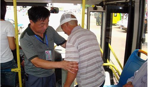 文明让座; 公交车上新风气;;