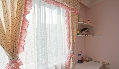 窗帘周围加上花裙边的衬托显得格外的可爱