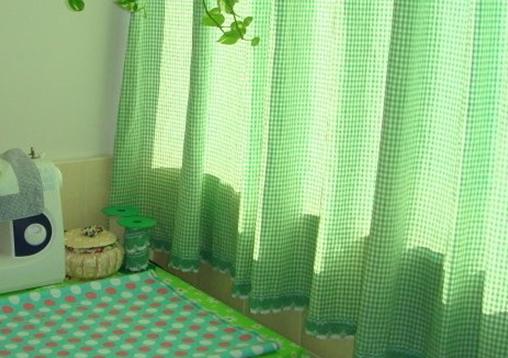 窗帘的花边也极让我喜爱,深绿色波浪形起伏条纹,再用白色镶边,仿佛让