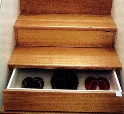 将一双双鞋放进鞋柜,鞋子也顺着摆出圆的弧度来