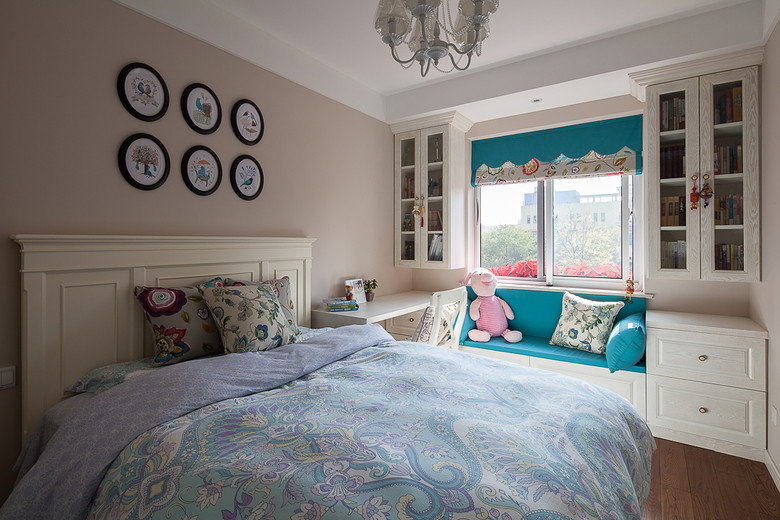 清新自然的简单美式,是我的心头好,所以新房的装修风格我老早便敲定了。后期的软装比如沙发、布艺窗帘、吊灯都是我一点点淘来的。有了它们,家里才更显宁静美好。  一眼望去客厅,满满都是照片墙。因为客厅的空间不大,所以就买了两人位的咖色沙发。  阳台直接做了卡座。碧绿的色彩是我最中意的,所以窗帘和卡座都有碧绿的元素。我家的窗帘都没有选择布艺的窗帘,而都是选用这种罗马帘,拉上去之后层层叠叠,十分具有美感。  厨房依然是女人的小情怀。清新,自在,足够的储物柜,还有那个小窗帘,每天看到都觉得心情好。  儿童房不能过于单