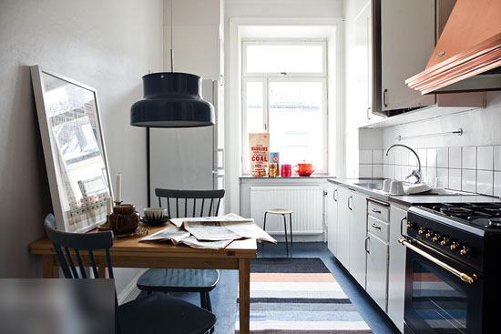 却充满了各种温馨的气氛,偏欧式的橱柜带来优雅的气质,墙面上可爱的