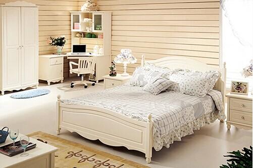 小清新的韩式田园风的卧室以白色为主配上各种清新的碎花以及类似等设计,看上去活力俏皮,置身于这样的卧室中,会感到舒适,带来一种愉悦的心情。 韩式田园风格的卧室设计效果一般以甜美著称,清新的白色为主,可爱的小碎花做搭配,一种活力的小俏皮设计,让我们欣赏下吧。  卧室粉色是韩式风格钟爱的色彩,这种小女人气息的颜色用纷繁的碎花元素来呈现,显得更加浪漫温馨,让卧室成为花的海洋。  细节上的荷叶边和蕾丝边,是女性青睐的元素。添加了这些点缀,让这款床品更加具有韩式的浪漫情调,但也更适合女孩子的房间。  韩式风格的卧室,