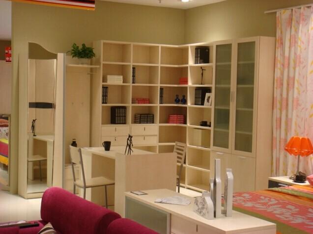 板式家具是指由中密度纤维板或刨花板进行表面贴面等工艺制成的家具。板式家具中有很大一部分是仿木纹仿家具。工艺精细且板材和五金配件较好的产品价格也很昂贵。因此保养起来也需要费点心思。 1、家具不得摆放在高温、潮湿、震动剧烈、光线强烈的地方,居室应保持通风凉爽。  2、对家具进行清洁时,应先用鸡毛掸之类柔性器具进行清尘,再用软布轻轻擦拭。 3、避免坚硬物或尖锐物碰撞家具,切忌敲打玻璃或金属饰件表面。  4、家具金属饰件只须用干毛巾轻轻抹拭,不能使用含有化学物的清洁剂,切忌用酸性液体清洗。如金属饰件表面出现难以去