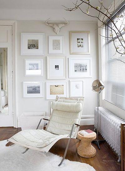 百叶窗把清晨的目光阻隔在室外,只留下一些美好的回忆,白色的背景墙上挂满了简单又精致的装饰照片,优雅的休闲区域是充满阳关的地带,非常的安逸。  在沙发背景墙上开了两扇精致的小窗户,吊顶上的暗纹呈现出欧式雕刻的完美细腻,把窗户作为背景墙的理念,让小客厅充满了阳光。  一个黑色的相框框出精彩的故事,让你慢慢的品位生活的乐趣,饰金的内容让肃静的客厅亮丽起来,增加了背景墙效果图的质感。  手绘的装饰下呈现出一整片丛林的画面,葱葱郁郁的丛林树木参差不齐的活跃在客厅中,让你与大自然亲密的接触,感受大自然的亲切和谐,同